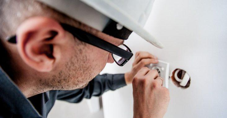 Overlad opgaver med elektricitet til en autoriseret elektriker